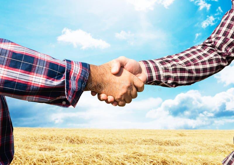 rolnika uścisk dłoni Gospodarstwo rolne obraz stock