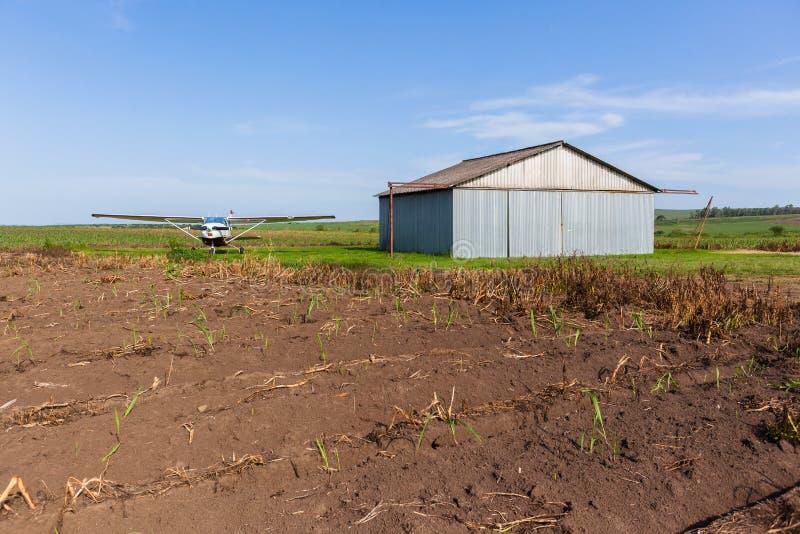 Rolnych upraw lądowiska płaski hangar fotografia stock