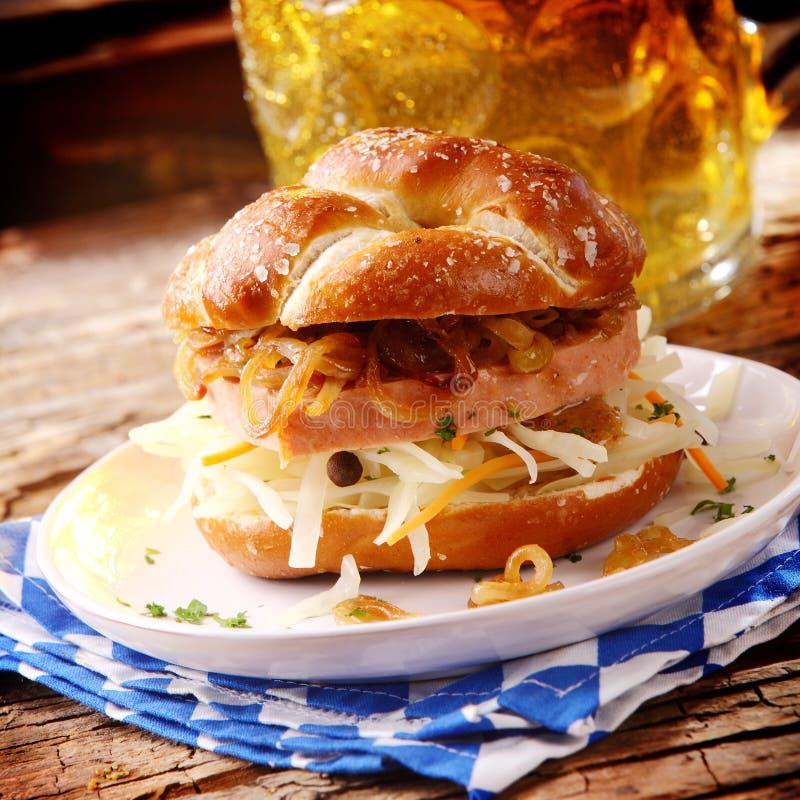 Rolo bávaro saboroso do rolo de carne e do queijo imagens de stock royalty free