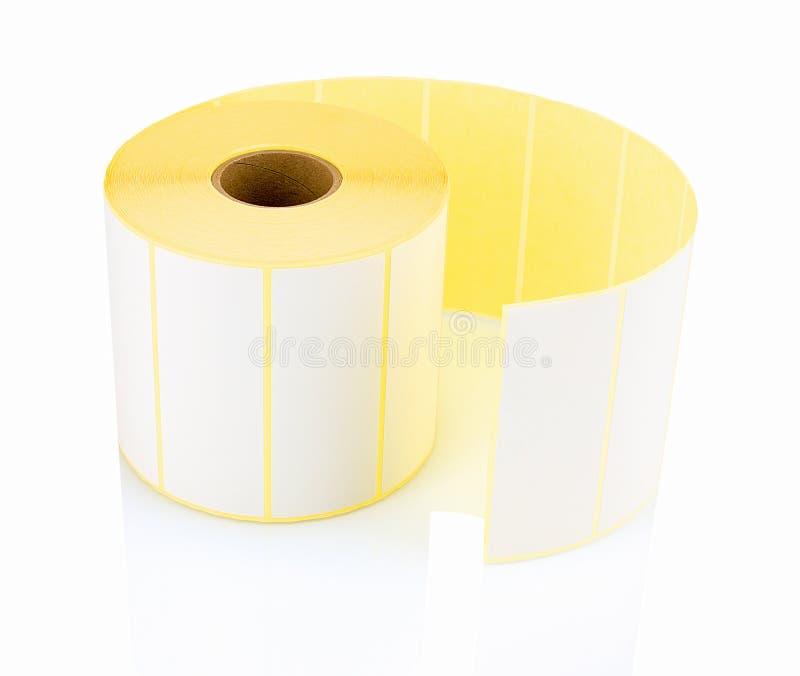 Rolo branco da etiqueta isolado no fundo branco com reflexão da sombra Carretel branco das etiquetas para a impressora imagens de stock