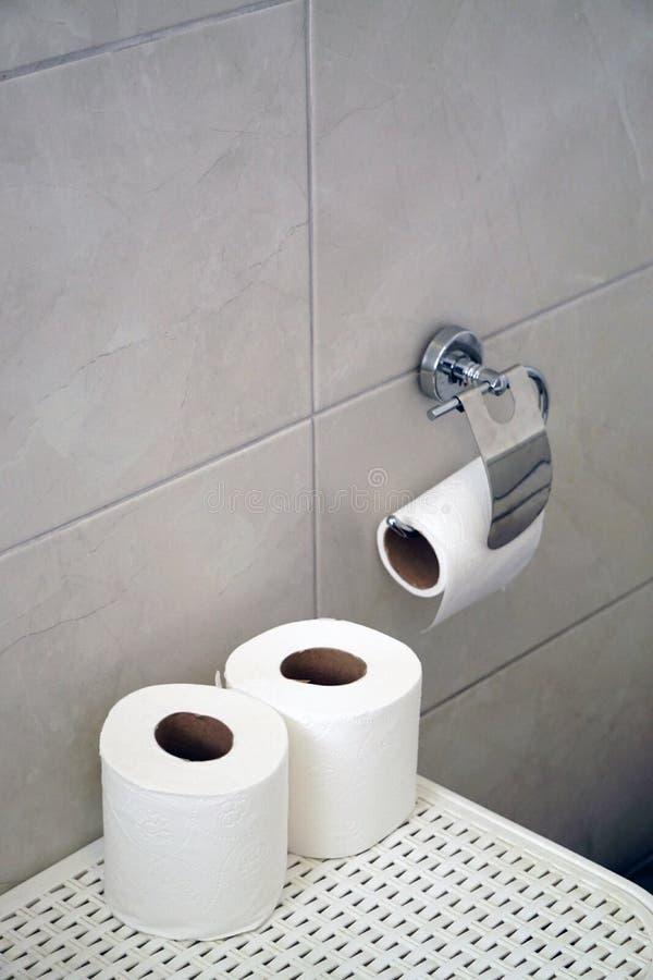 Rolo branco do papel higiênico no fundo isolado branco fotografia de stock royalty free