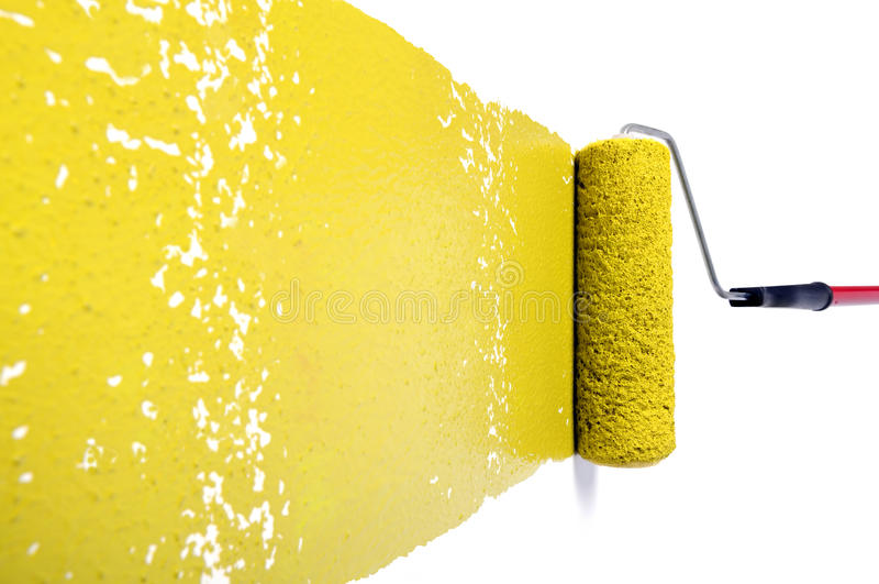 Rolo com pintura amarela na parede branca foto de stock royalty free