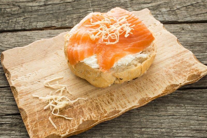 Rolo com queijo, lox e armorácio imagens de stock royalty free