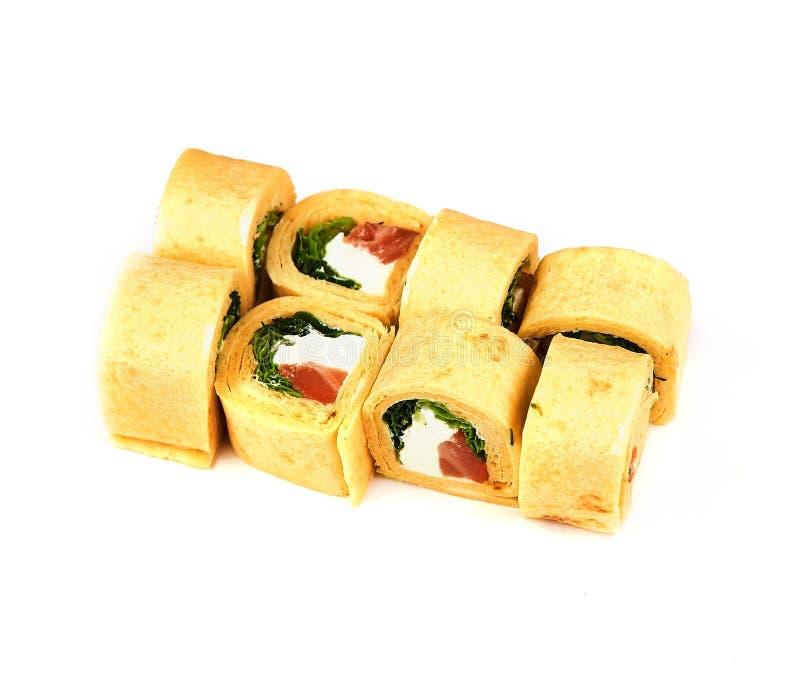 Rolo com salada, peixes e queijo da panqueca no fundo branco Alimento japonês imagem de stock