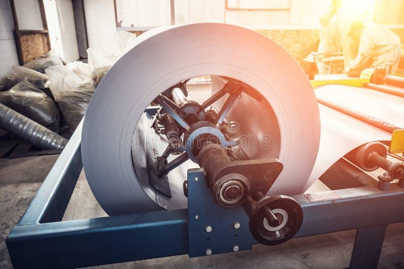 Rolo da folha de metal na máquina de formação industrial na fabricação da oficina, a de aço inoxidável e do trabajo em metal da f imagens de stock royalty free