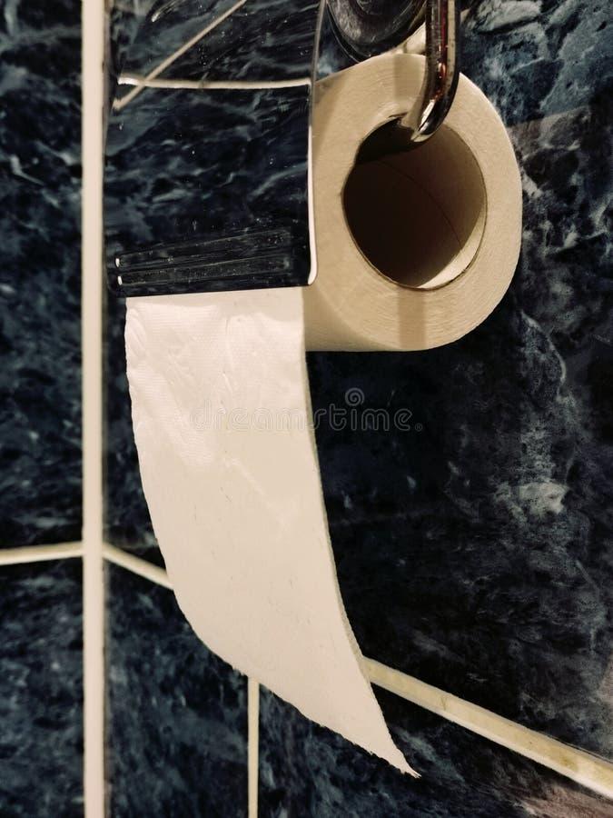 Rolo da suspens?o de papel higi?nico no suporte do toalete fotos de stock royalty free