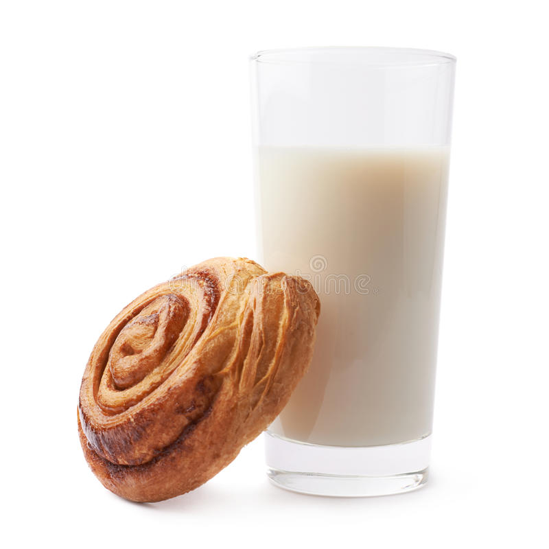 Rolo de canela e vidro do leite fotos de stock