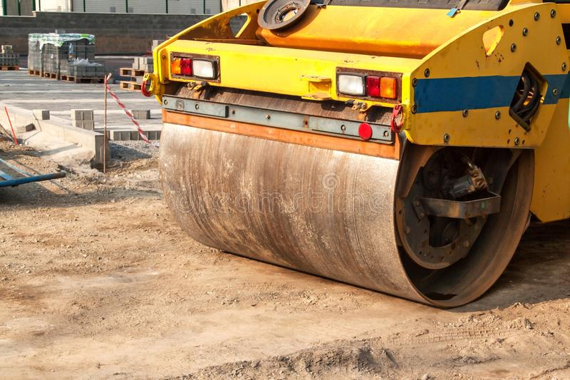 Rolo de estrada que trabalha no local da construção de estradas Vista detalhada de um rolo de estrada Não entre em uma zona da co imagem de stock royalty free