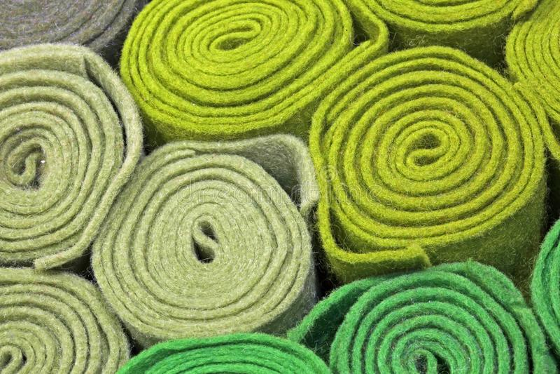Rolo de feltro do verde na venda nas miudezas imagens de stock royalty free