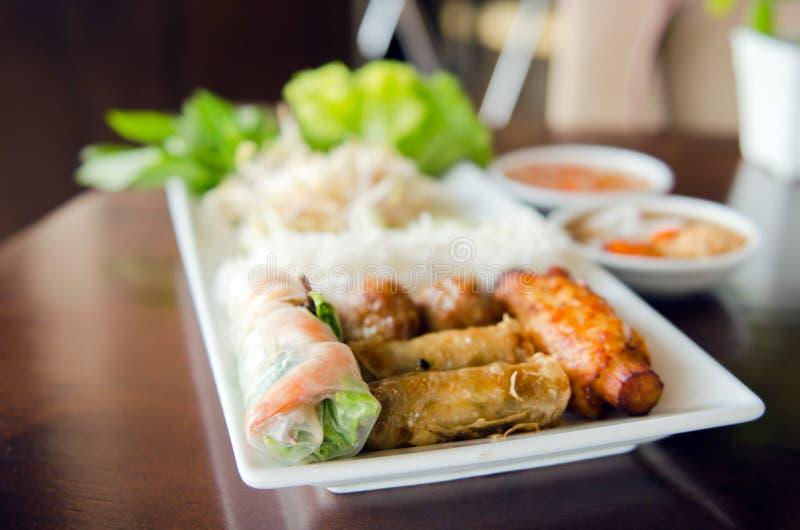 Rolo de mola com carne de porco, camarão fritado com cana-de-açúcar e vegetabl fotografia de stock