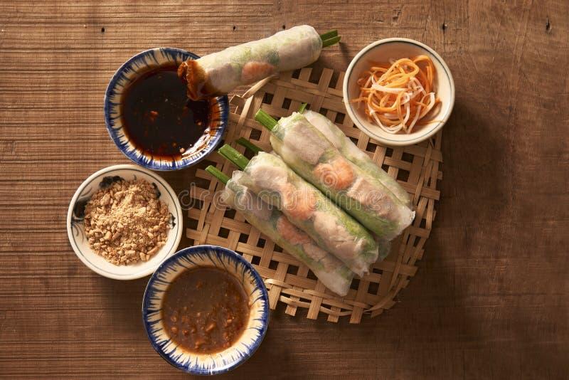 Rolo de mola da salada de camarões asiáticos do vento imagem de stock