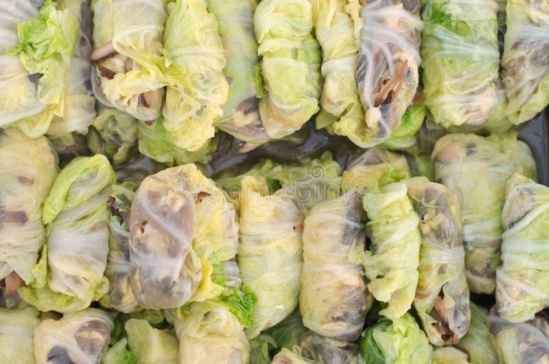 Rolo de mola na carne de porco e no molho picante vegetal - tailandês tradicional imagens de stock