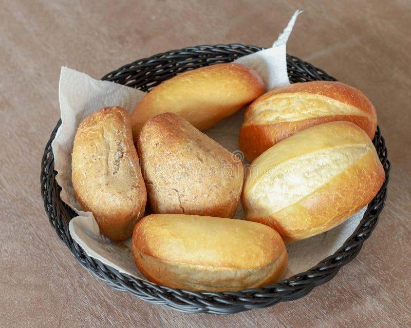 Rolo de pão em uma cesta do pão fotos de stock