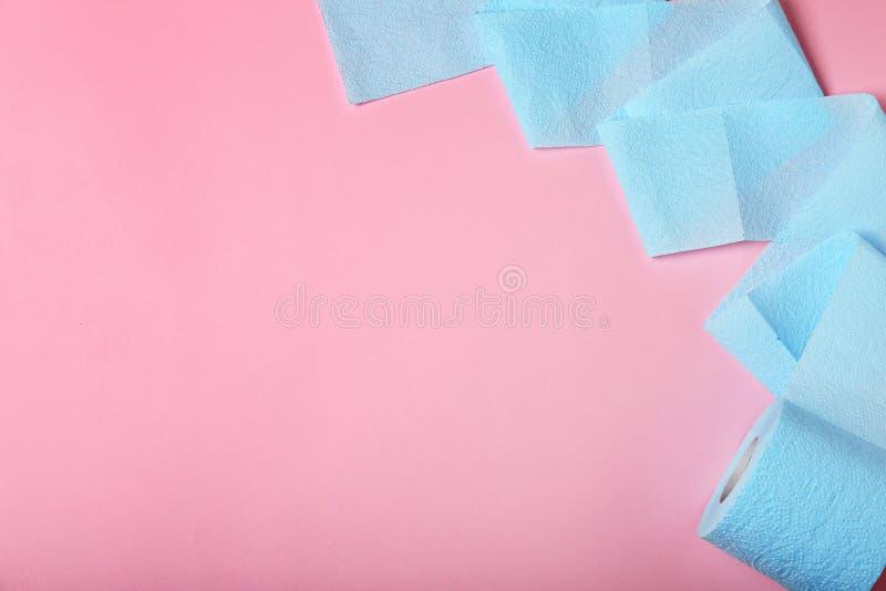 Rolo de papel higiênico no fundo da cor fotos de stock