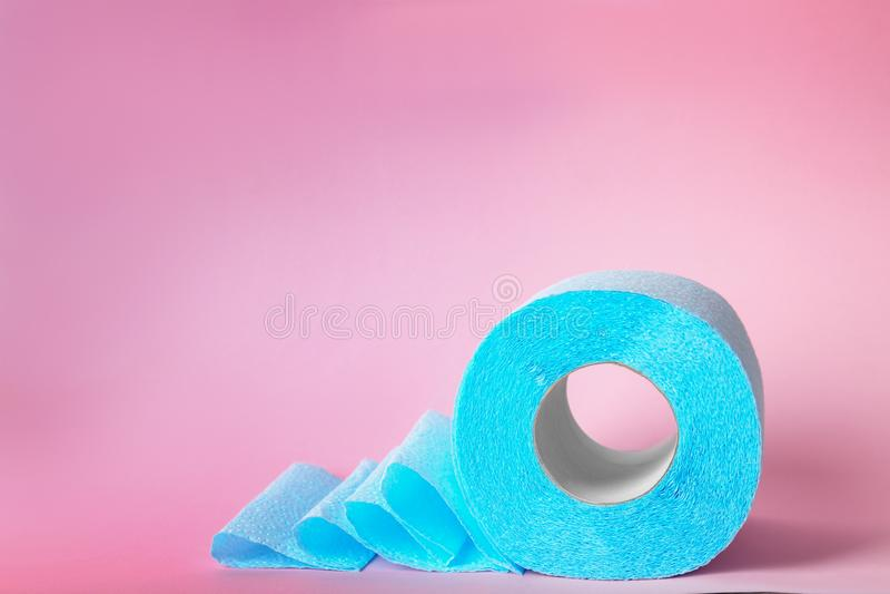 Rolo de papel higiênico no fundo da cor fotografia de stock