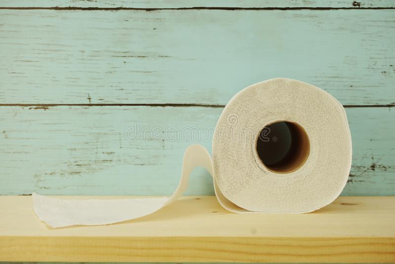 Rolo de papel higiênico no fundo de madeira fotos de stock royalty free