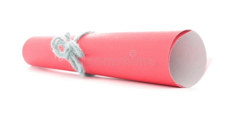 Rolo de papel vermelho amarrado com a curva natural defocused da corda isolada imagens de stock