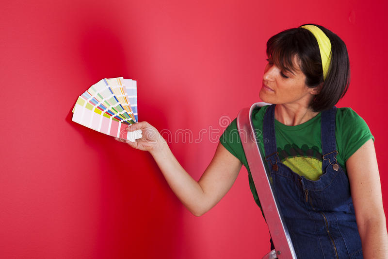 Rolo de pintura com amostras da pintura fotos de stock