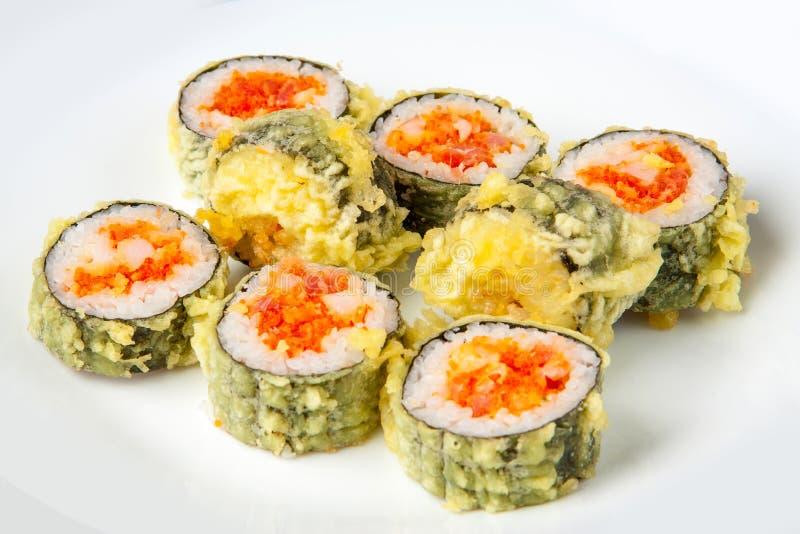 Rolo de sushi com atum e salmões do tempura imagens de stock royalty free