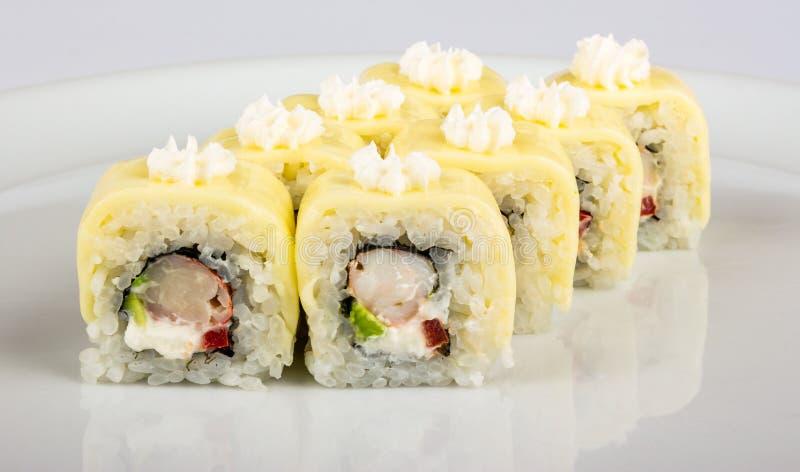 Rolo de sushi com caranguejos e abacate foto de stock