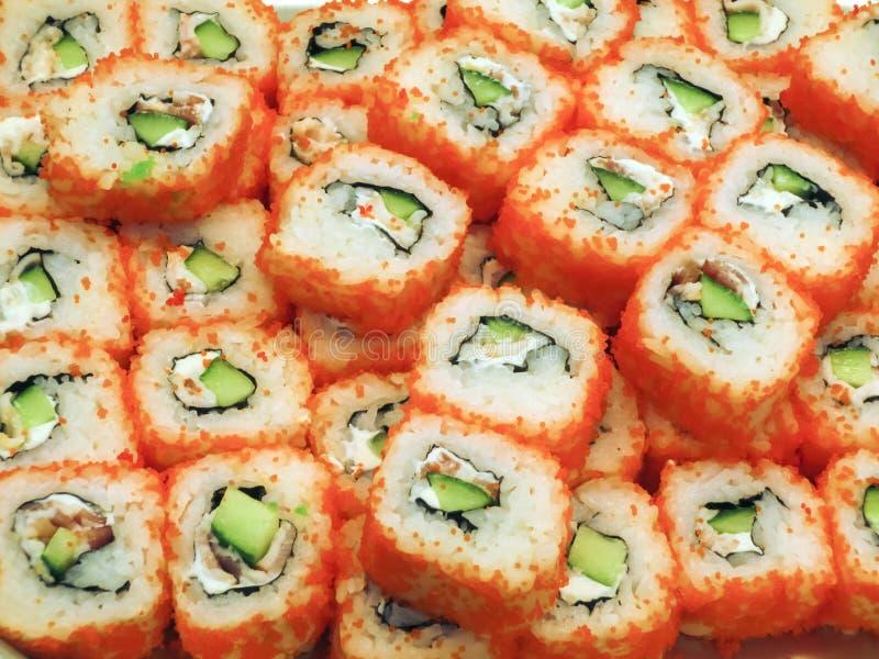 Rolo de sushi com caviar vermelho, alimento japonês tradicional imagens de stock