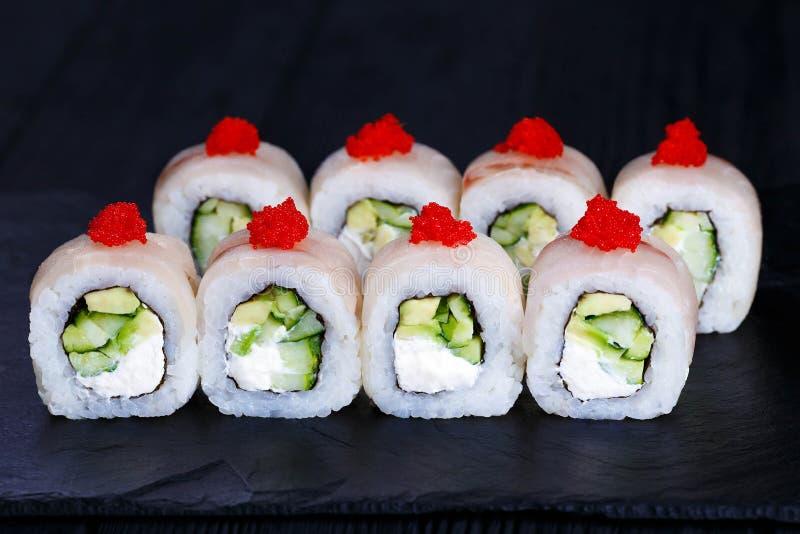 Rolo de sushi com queijo creme e o caviar vermelho fotos de stock