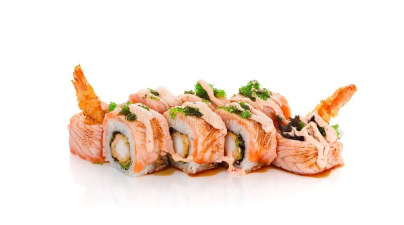 Rolo de sushi com salmões e camarão fritados no molho da especiaria isolado imagem de stock royalty free