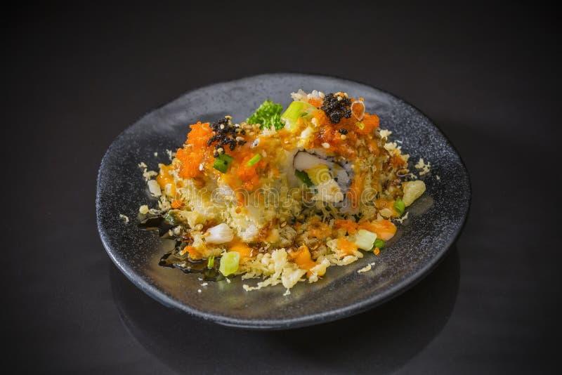 Rolo de sushi com salmões e tempura foto de stock royalty free
