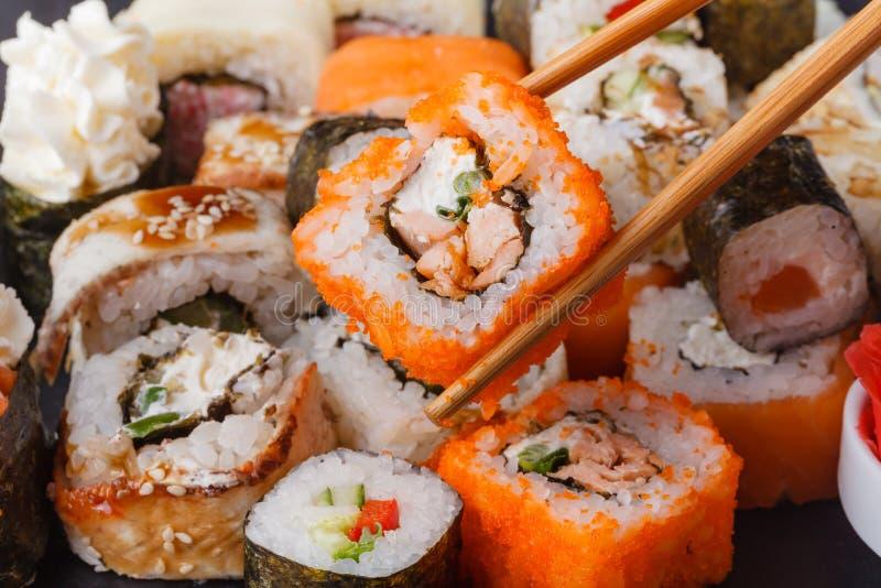 Rolo de sushi com tempura dos salmões e do camarão foto de stock royalty free