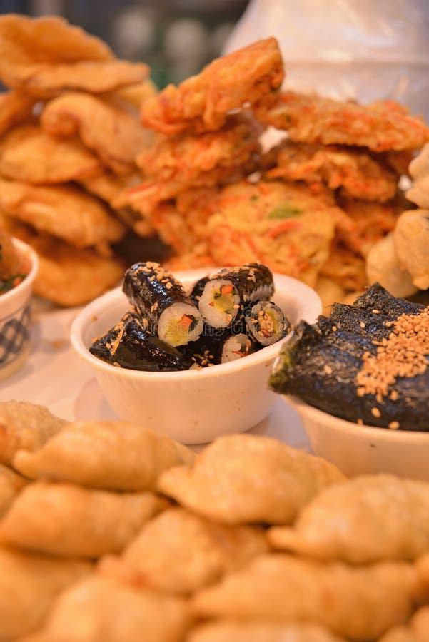 Rolo de sushi coreano do estilo na bacia fotografia de stock royalty free