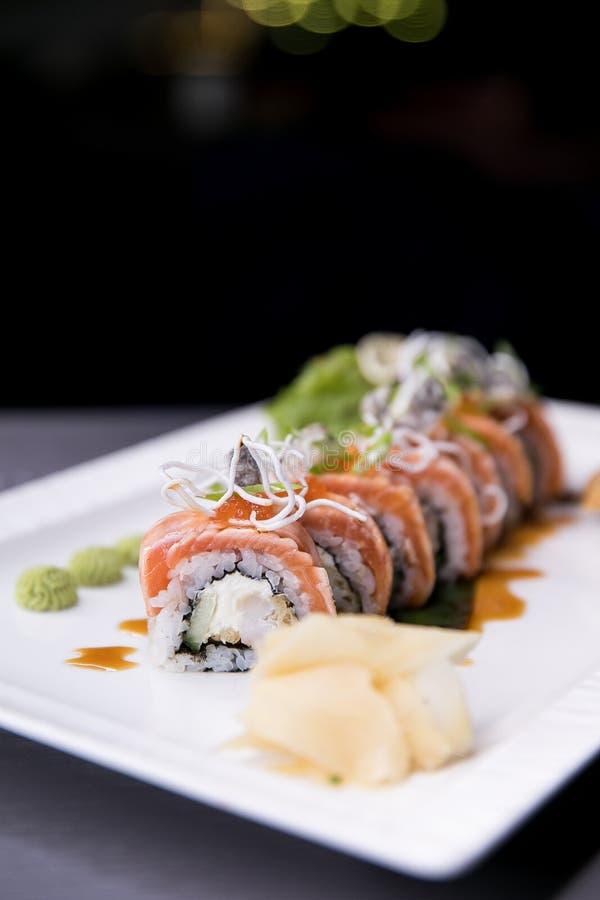 Rolo de sushi do arco-íris Menu do sushi Alimento japonês Vista superior do sushi sortido foto de stock