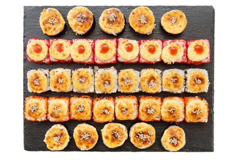 Rolo de sushi fritado quente com camarão e caviar Menu do sushi Alimento japonês Maki friável do camarão ajustado com wasabi imagem de stock
