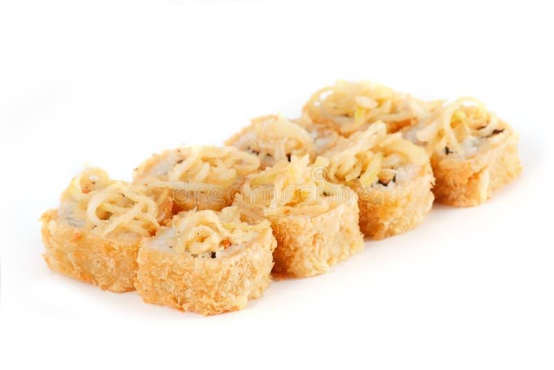 Rolo de sushi - Maki Sushi fez da enguia Smoked, do queijo creme, dos salmões, do abacate, e das fritadas da cebola isoladas no f imagens de stock royalty free