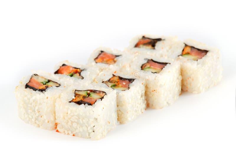 Rolo de sushi - Maki Sushi fez da enguia Smoked, do queijo creme, do sésamo, dos salmões e de Fried Vegetables profundo, isolados fotos de stock royalty free