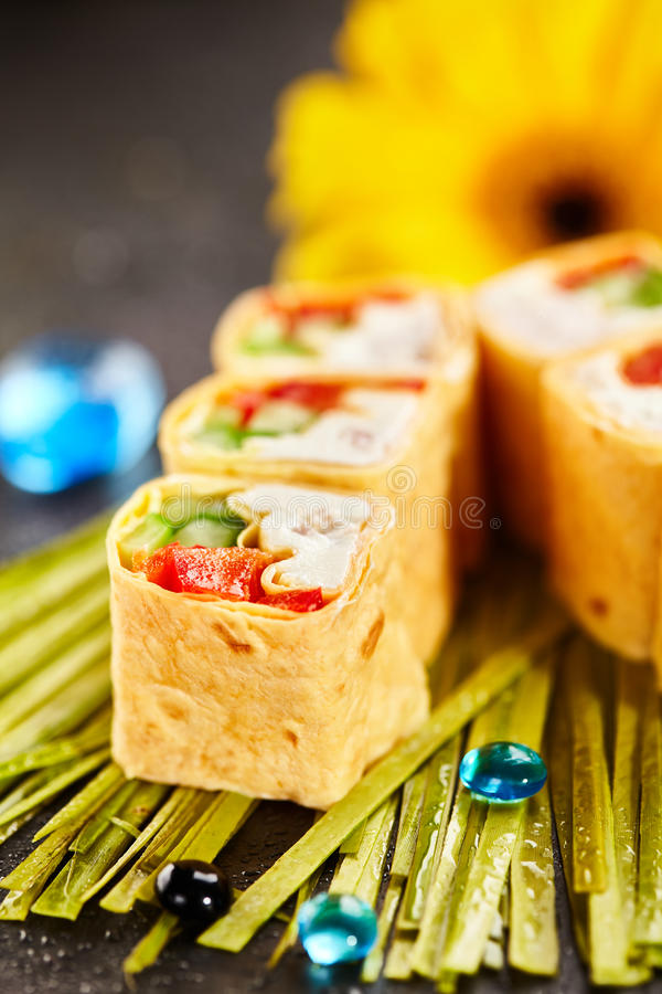 Rolo de sushi mexicano do estilo imagens de stock royalty free