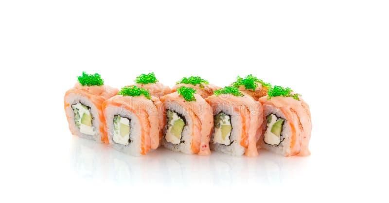 Rolo de sushi Salmon com o abacate, o tobiko verde e o molho da especiaria isolados imagens de stock
