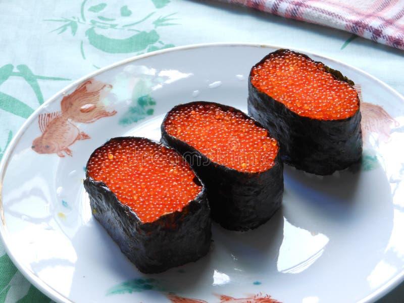Rolo de sushi vermelho do caviar das ovas Salmon fotografia de stock royalty free