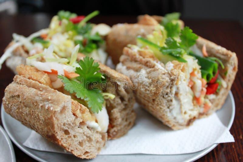 Rolo do baguette da salada do tofu do vegetariano imagens de stock