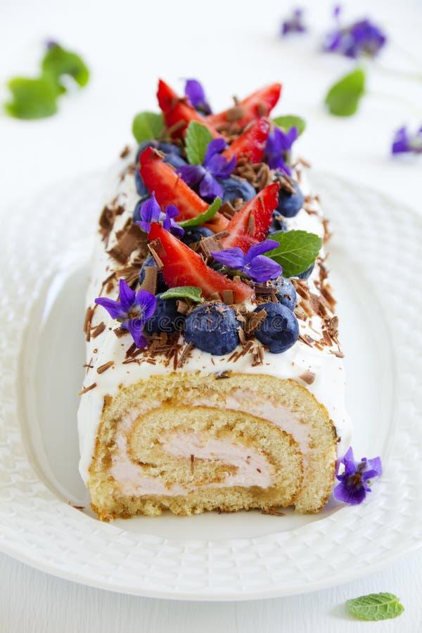 Rolo do biscoito decorado com folhas de hortelã fotografia de stock royalty free