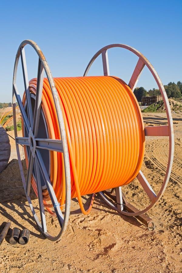 Rolo do cabo de fibra ótica para o Internet de faixa larga imagem de stock