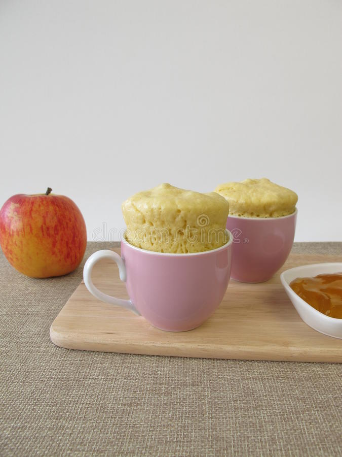 Rolo do leite do bolo da caneca com geleia de maçã imagem de stock royalty free