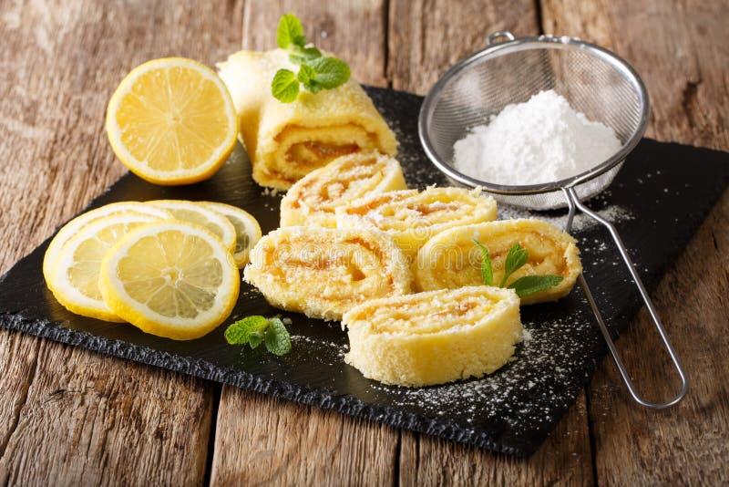 Rolo do limão doce com coalho, com hortelã e fim-u pulverizado do açúcar fotos de stock