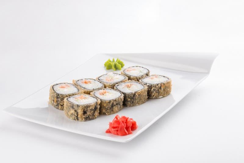 Rolo do maki do sushi do Tempura com o alimento japonês dos salmões e do queijo creme isolado no fundo branco fotografia de stock royalty free