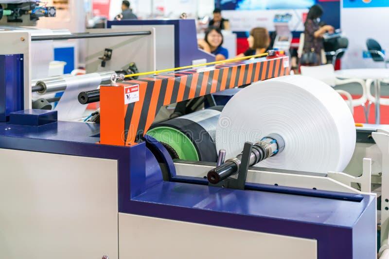 Rolo do papel da matéria prima na publicação ou na máquina de impressão automática alta-tecnologia e moderna fotos de stock royalty free