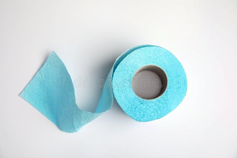 Rolo do papel higiênico no fundo branco fotos de stock