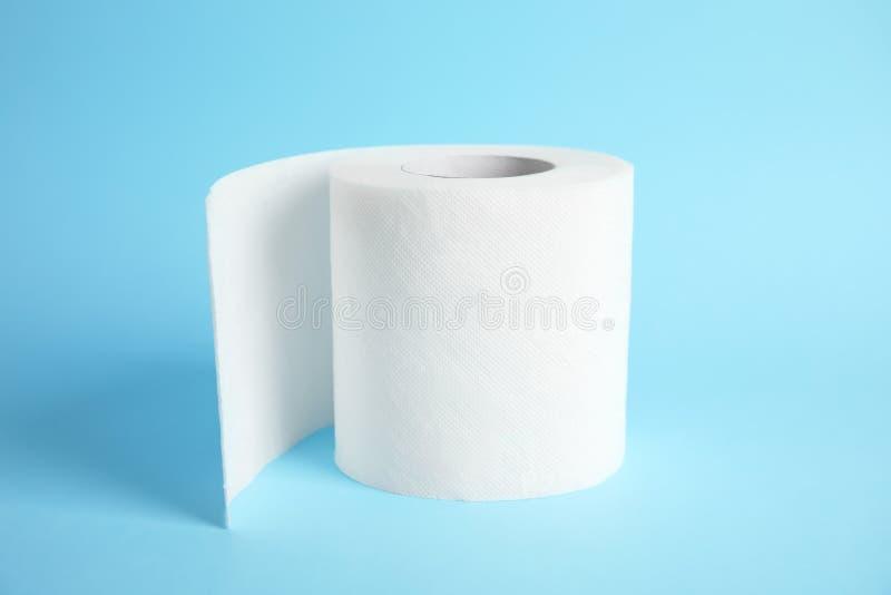 Rolo do papel higiênico no fundo da cor imagem de stock royalty free