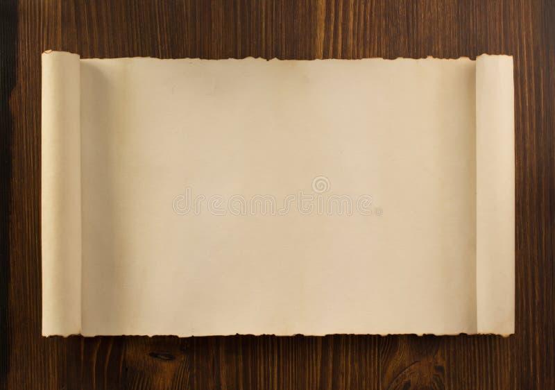 Rolo do pergaminho na madeira fotografia de stock royalty free