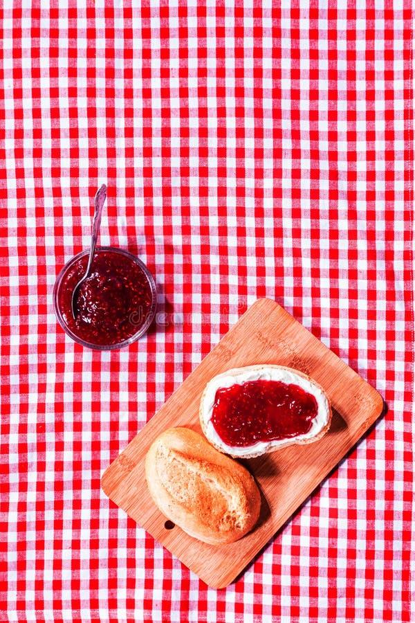 Rolo duro fresco com doce de morango imagem de stock