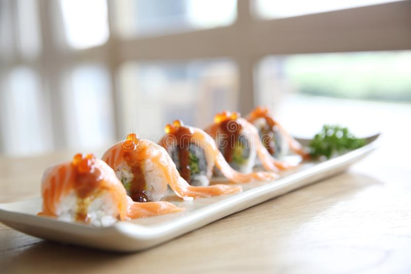 Rolo japonês dos salmões do alimento no fundo de madeira imagem de stock royalty free