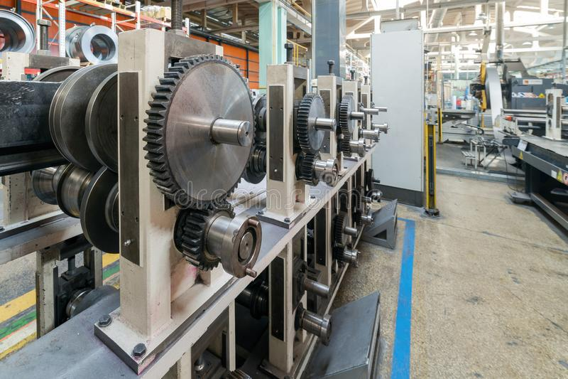 Rolo que forma a máquina O interior da planta produzindo um perfil do metal imagem de stock